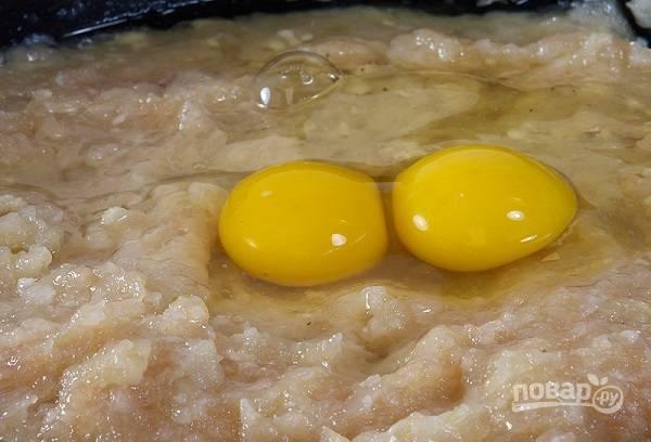 3. Добавьте в фарш соль, перец по вкусу, вбейте яйца.