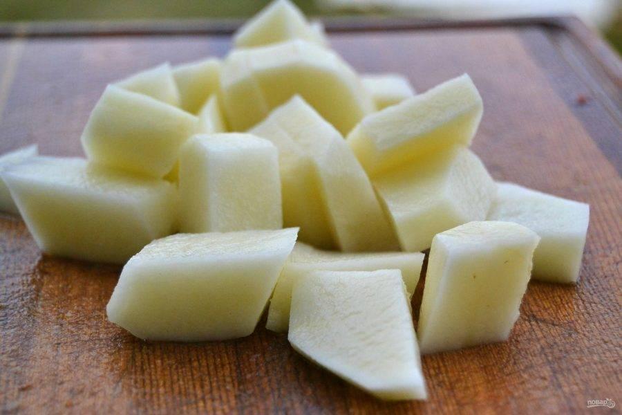 8.Тем временем очистите картошку и разрежьте ее кубиками.