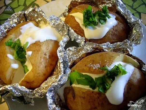 Отправить картофель в духовку еще на 5 минут, после чего подать к столу, разложив по порционным тарелкам. Едят такой картофель прямо из фольги (так он дольше остается теплым) маленькими ложечками.  Приятного аппетита!