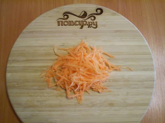 5. Морковь трем на терке. Можно ее обжарить, можно оставить сырой, как я и сделала.