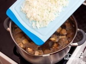 После этого вкиньте в суп лук и морковь. Готовьте на среднем огне ещё около 20 минут. За 15 минут до готовности добавьте лавровый лист и подсолите суп. Не забудьте вытащить лавр и подавайте суп горячим.