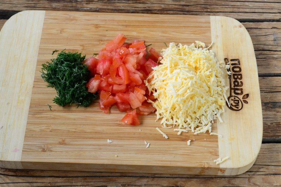 Твердый сыр натрите на мелкой терке, помидор мелко нарежьте, порубите укроп (естественно, заранее укроп и помидор необходимо промыть).