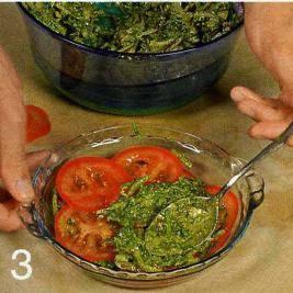 Помидоры вымыть, нарезать тонкими кружками. На блюдо уложить слой помидоров, смазать смесью песто с луком и щавелем. Продолжать укладывать слоями, пока не закончатся все ингредиенты. Дать салату настояться в тепле 1 ч.