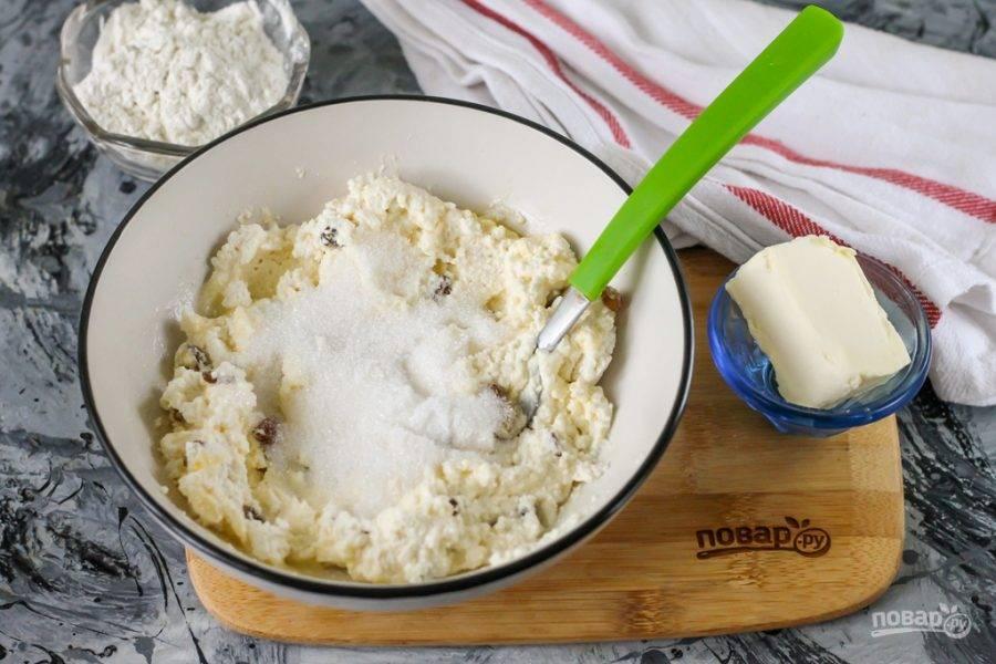Всыпьте сахарный песок и тщательно перемешайте всю массу.