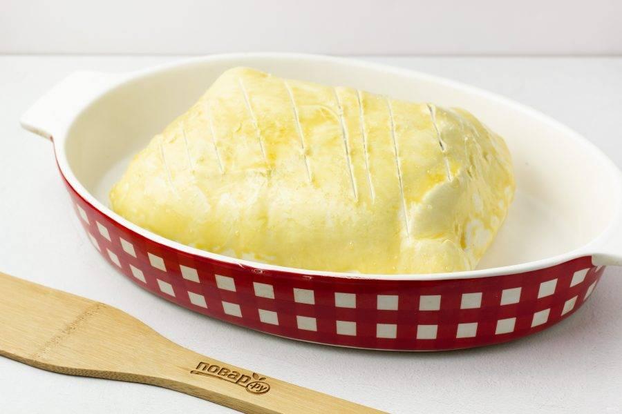 Выложите тесто в форму для запекания, смазанную растительным маслом или на противень, швом вниз. Сделайте сверху надрезы ножом и присыпьте солью.