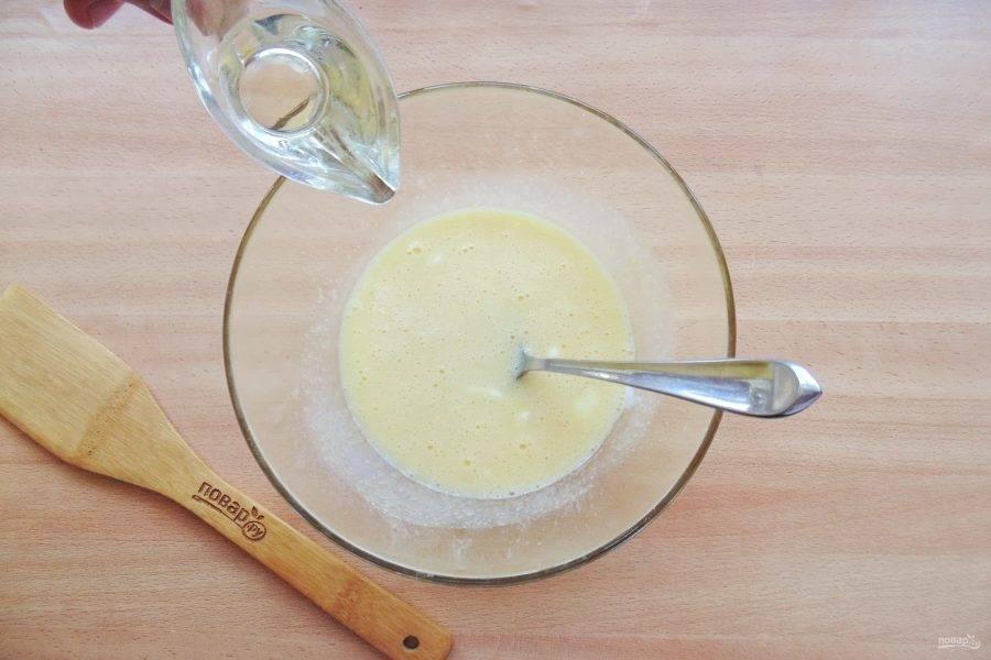 Налейте в тесто рафинированное подсолнечное масло.