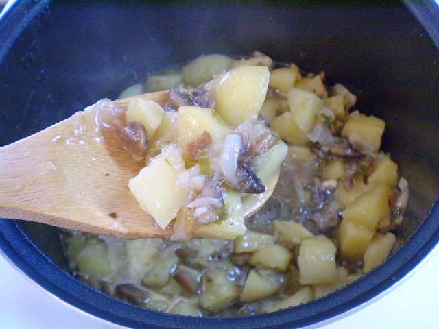 7. Тушеная картошка с грибами готова. При подаче украсить зеленью. Приятного!