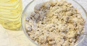 К муке добавьте масло. А потом добавляйте воду до получения эластичного теста.