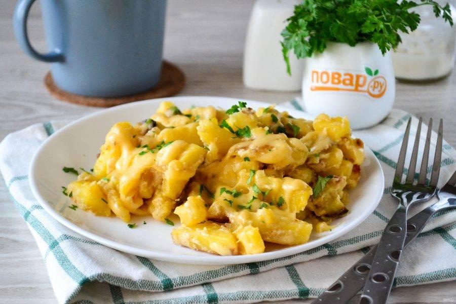 Картофель с сыром в сметане готов. Приятного аппетита!
