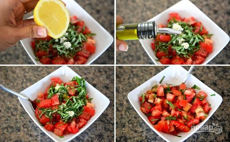 2. Добавьте к помидорам измельченный чеснок, лимонный сок, оливковое масло, соль, перец по вкусу и перемешайте.