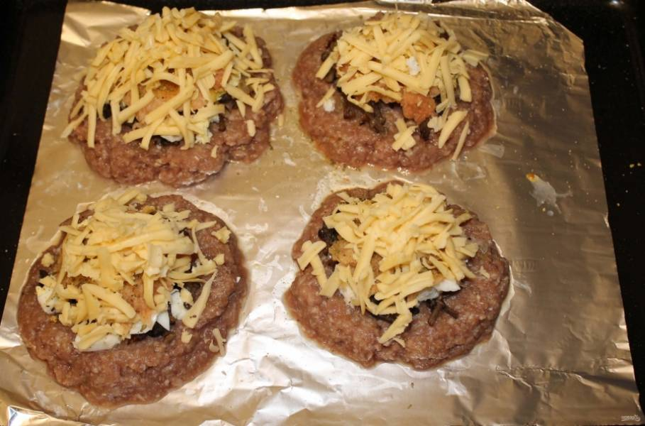 5. Затем — натертый мелко картофель, сливочное масло и сыр.