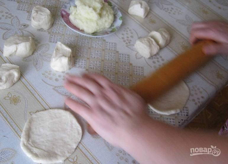 Каждый кусочек раскатываем в лепешку. Выкладываем в центр картофель.