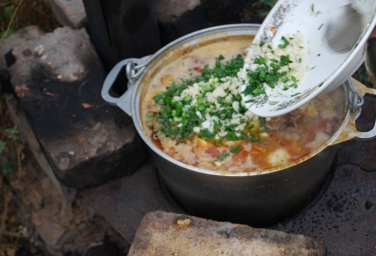 6. Теперь снимаем шулюм с огня, добавим пиво, зелень и измельченный чеснок. Даем блюду настояться, по возможности, под крышкой.