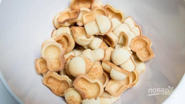 Выньте печенье из формы и дайте ему остыть. Поломанное печенье измельчите в крошку.