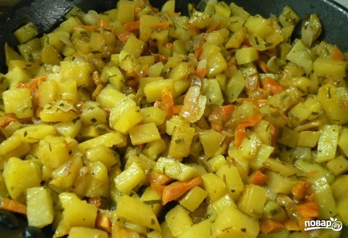 1. Все овощи моем, чистим и режем. Лук режем совсем мелко, все остальное - кубиками. Обжарим сначала морковку и брюкву, чтобы они чуть смягчились.
