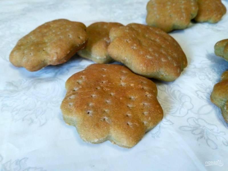 В процессе выпекания ягодное печенье из затяжного теста хорошо поднимается и приобретает золотистый цвет. Дайте ему остыть и храните в герметичной ёмкости или пакете, чтобы оно не пересыхало.