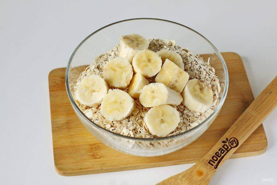 Спелый банан нарежьте кружочками.