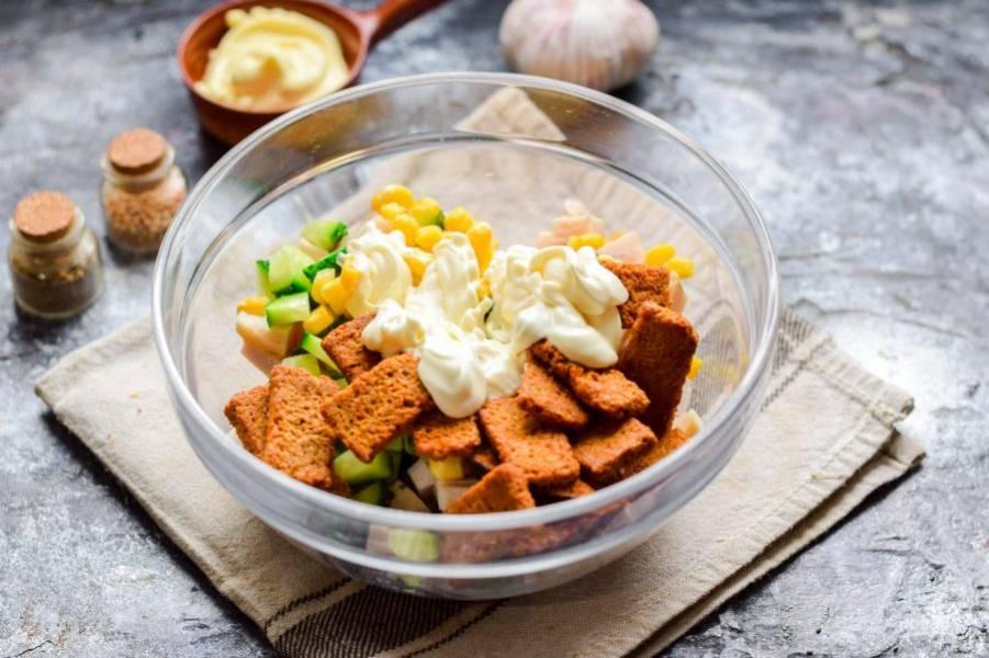 Заправьте салат майонезом, посолите и приправьте перцем. Перемешайте все и подавайте салат к столу.