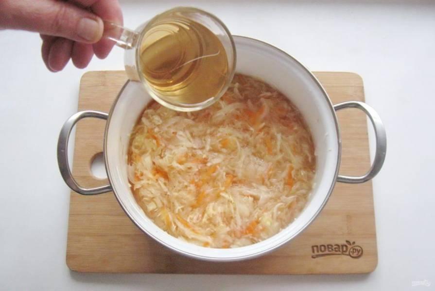 На следующий день слейте рассол и залейте квашеную капусту кислым яблочным соком.