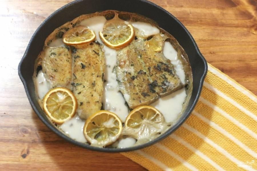 Готовая рыба в сметанном соусе в духовке подается с пылу с жару.