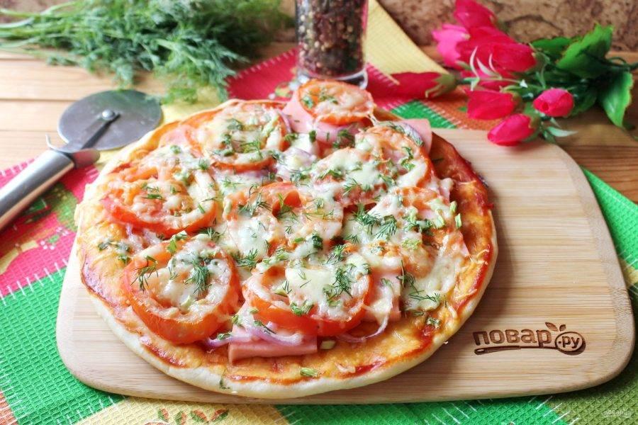 Домашняя пицца готова. Подавайте к столу горячей. Приятного аппетита!