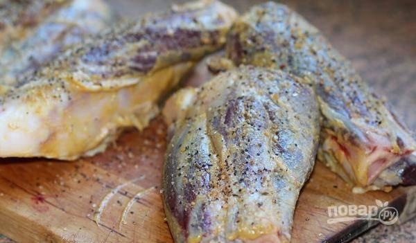 Затем голяшки обмажьте горчицей, солью и перцем. Оставьте их мариноваться на 30 минут.
