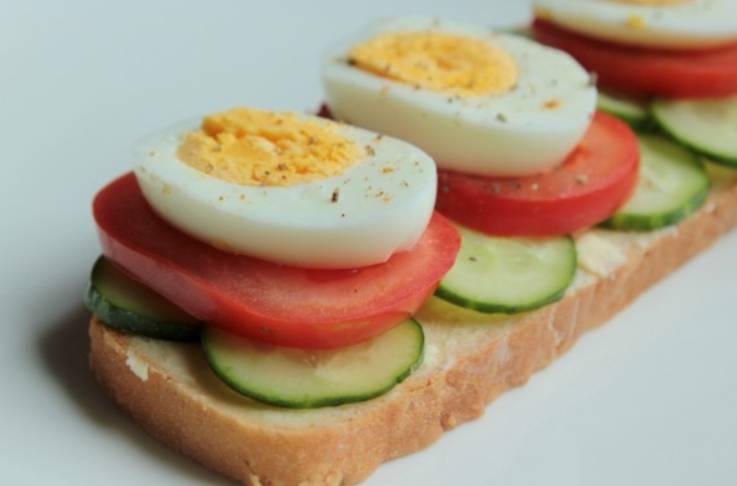 Присыпьте бутерброды перцем. Приятного аппетита!