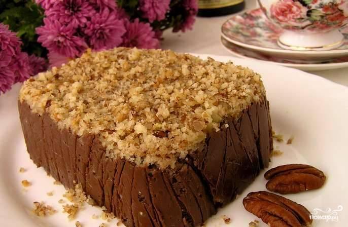 Остатком орехов присыпьте торт сверху. Поставьте десерт в холодильник на несколько часов, а лучше на всю ночь, чтобы он застыл и хорошенько пропитался.