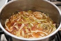 Заливаем это куриным бульоном, солим, добавляем специи по вкусу  и ставим на средний огонь. Варим примерно 20-25 минут или пока капуста не станет мягкой. Приятного аппетита!