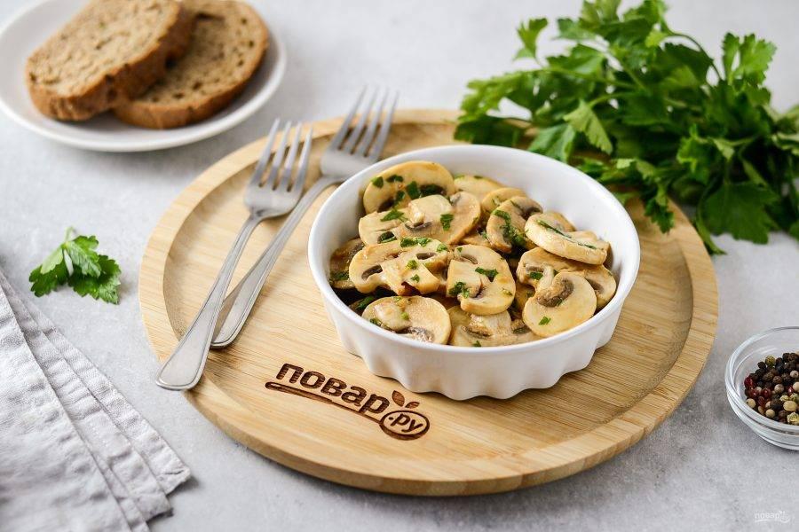 Закуска из шампиньонов готова. Перед подачей можно добавить мелко порубленную петрушку или укроп. Приятного аппетита!