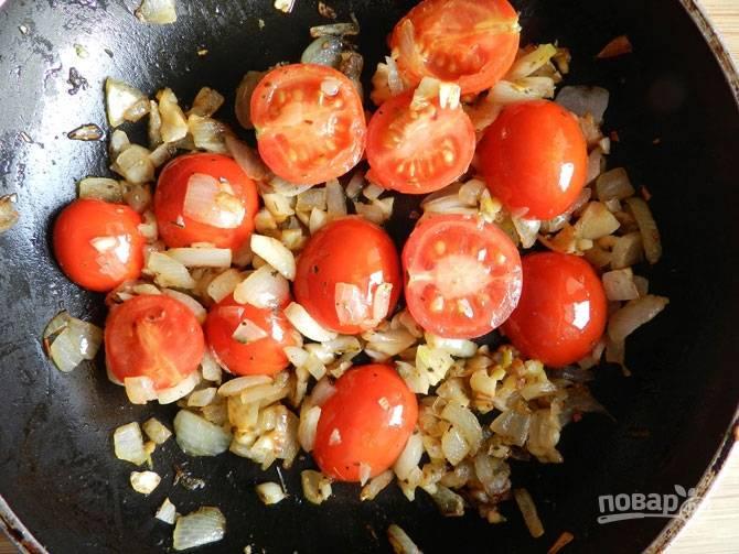 2.Растительное масло разогреваю на сковороде, выкладываю лук и чеснок, добавляю томаты.