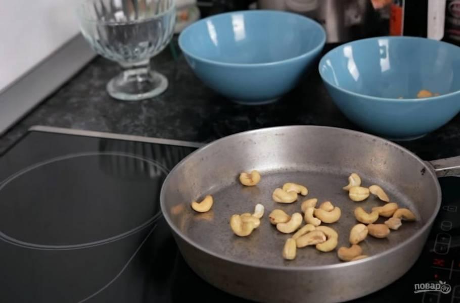 3. Затем поджарьте на сухой сковороде кешью, добавьте к нему красный сладкий перец и сушеную кинзу.