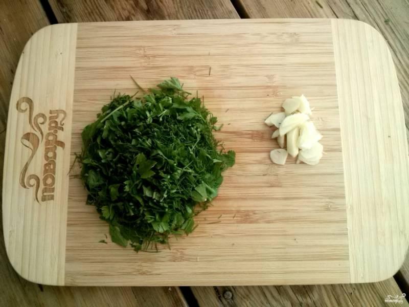 Измельчите чеснок и зелень.