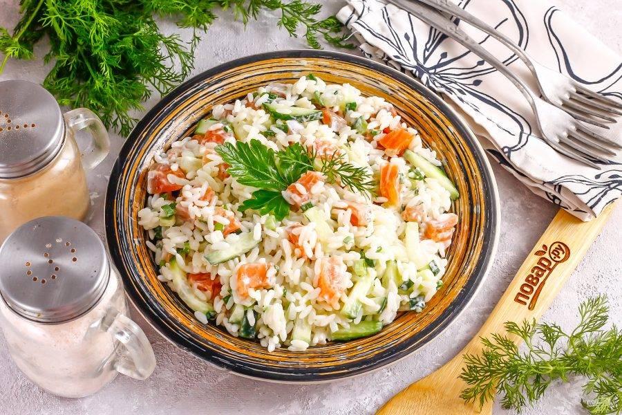 Выложите салат на блюдо или тарелку и подайте к столу сразу же после приготовления.