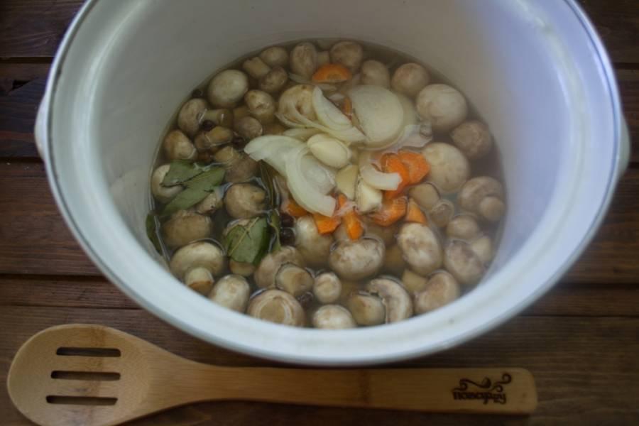В кастрюлю кладем грибы. Заливаем водой (1,5-2 стакана). Ставим на огонь и даем закипеть. Варим 5 минут.