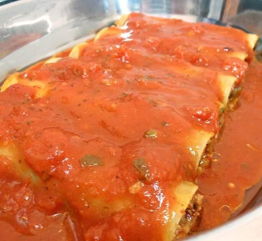 9. Залить оставшимся томатным соусом сверху. При желании дополнить каннеллони с грибами и фаршем в домашних условиях можно также соусом Бешамель.