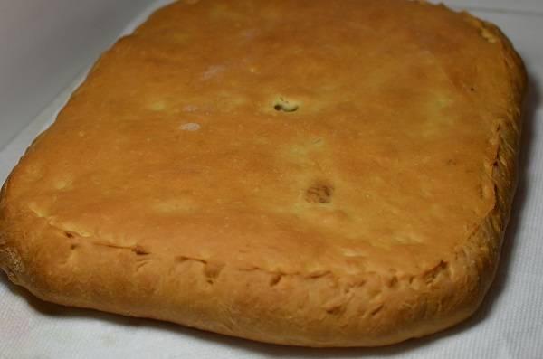 5. Выпекайте пирог около 35-40 минут. Верх должен как следует зарумянится, а спичка выходить из теста абсолютно сухой. Готовый пирог нужно как следует остудить, а затем аккуратно нарезать и подавать к столу.