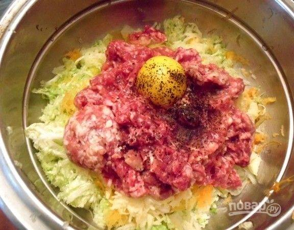 5. Добавьте пропущенный через мясорубку фарш, лук. Вбейте яйцо. Посолите, поперчите по вкусу. Можно добавить любимые специи.