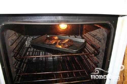 3.Разогрейте духовку до 250 градусов. Выложите утку на противень, предварительно смазанную растительным маслом, и запекайте в течении 7 минут.