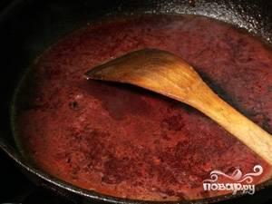 В сковороду, где жарилось мясо добавляем томатную пасту, немного воды и доводим до кипения.