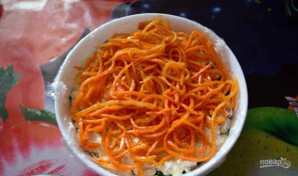 Потом намажьте куриную грудку майонезом, а сверху уложите морковь по-корейски.