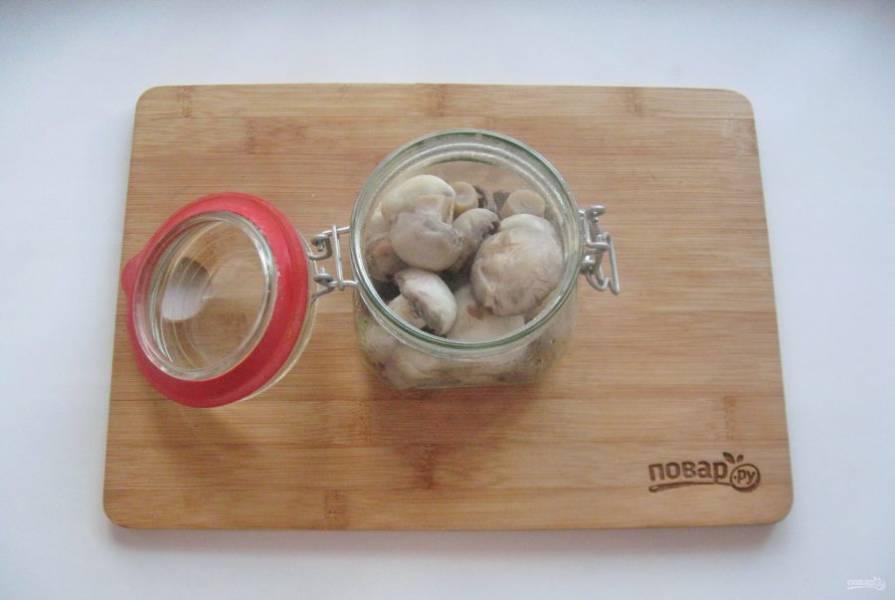 Залейте грибы горячим маринадом.