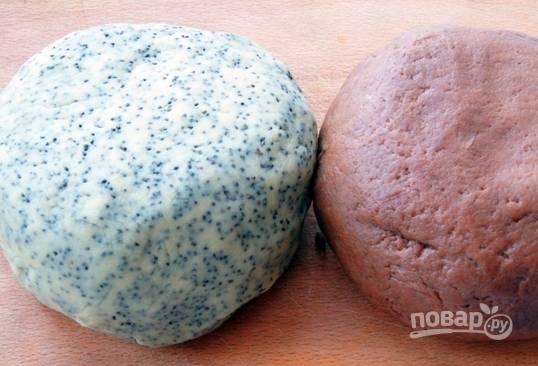 Получившееся тесто разделите на две равные части. В одну из них добавьте мак, а в другую — порошок какао. Оберните куски теста в пищевую пленку и отправьте в холодильник на полчаса.