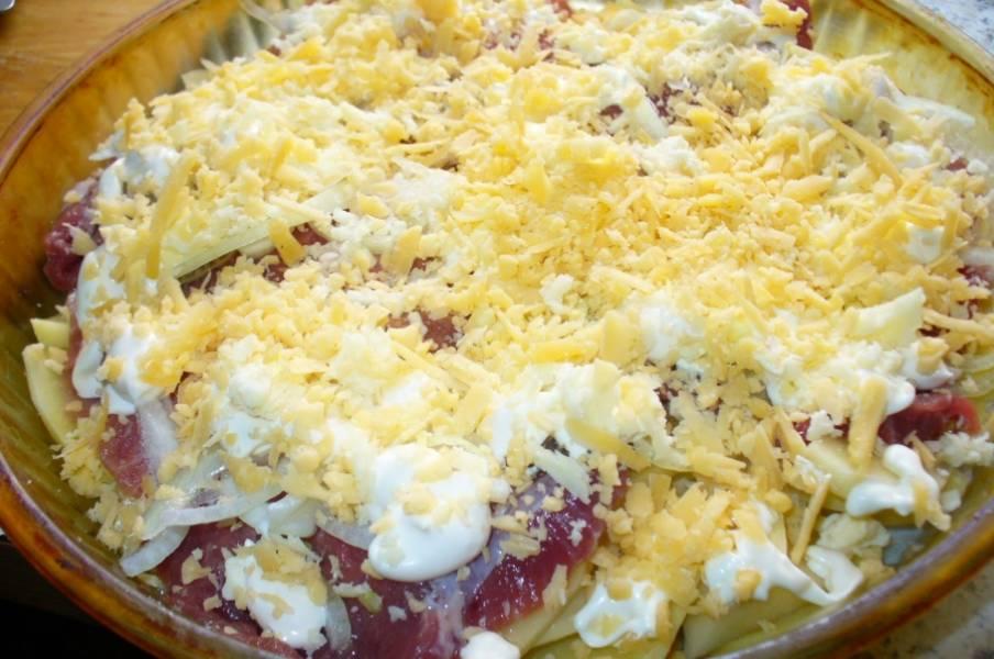 7. Добавить немного майонеза или сметаны. Сыр натереть на средней или мелкой терке и присыпать им блюдо. Также можно сделать наоборот - сначала сыр, а затем майонез. Когда все готово, можно отправить форму в разогретую духовку.