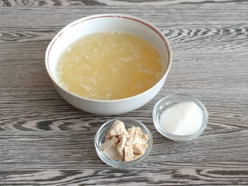 В чаше смешайте теплый рассол и теплую сыворотку (36-38 градусов). Добавьте дрожжи и сахар.
