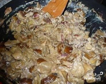 5.Нарезанные грибы кладем в большую кастрюлю, затем добавляем сливки и овощной бульон (его можно заменить просто водой). Доводим до кипения и оставляем тушиться на слабом огне 10 минут.