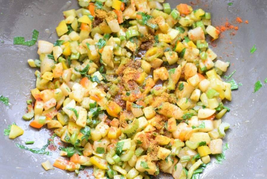 На гарнир к таким зразам рекомендую слегка обжарить в смеси сливочного и растительного масла нарезанные мелкими кубиками яблоко, грушу и кабачок. Затем добавить сладкий перец и стебли сельдерея, чуть присыпать сахаром. Прогреть все вместе минуты 2-3, посолить, посыпать паприкой и карри.