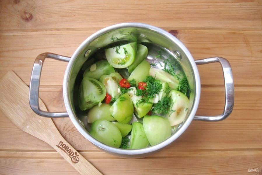В кастрюлю выложите нарезанные помидоры, красный перец, чеснок и укроп.