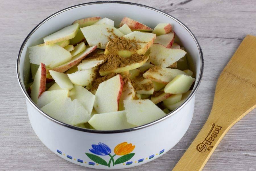 Яблоки тщательно помойте, очистите от сердцевины и нарежьте тонкими пластинами, добавьте корицу. Всё хорошо перемешайте с тестом.