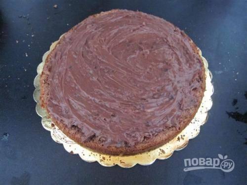 Разрежьте корж на 2 пласта и прослоите кремом, приготовленным из взбитых сливок с «Нутеллой», по желанию, можно добавить шоколадные капли..